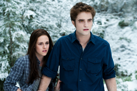 my baby in a scene from Eclipse,with Kristen Stewart as Bella,with his hemd, shirt halsband, kragen and cuffs undone(and rolled up)