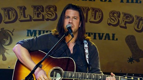 """another yêu thích of mine: Christian Kane, not only a very talented actor (""""Leverage""""), but also blessed with a wonderful, rough and sexy hát voice <333 (still from an episode of """"Leverage"""" where he sang one of his songs as part of the job)"""