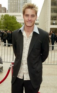 another pic of my hottie from the NBC Upfronts 2003, wearing a pin-striped suit <3333