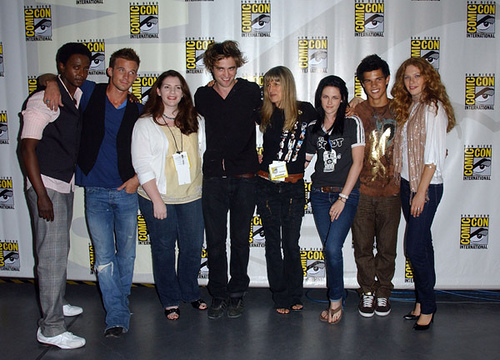 Here is a group hug,I would 愛 to be a part of.From L(デスノート) to R:Edi Gathegi,Cam Gigandet,author/creator of Twilight,Stephenie Meyer,my baby,Robert Pattinson,Twilight director,Catherine Hardwicke,Kristen Stewart,Taylor Lautner and Rachelle Le Fevre at the very first Twilight Comic-Con in 2008.<3