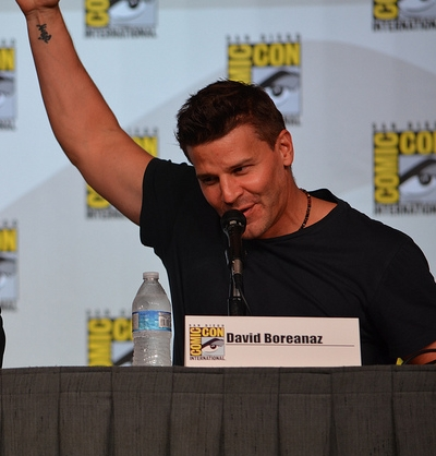 my honey wearing a black tshirt at comic con