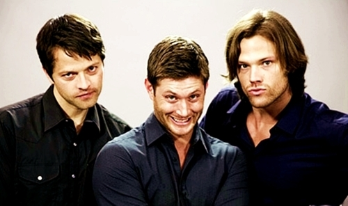 Jensen Ackles with his सूपरनॅचुरल co-stars Misha Collins and Jared Padalecki.