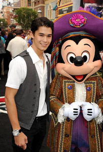 Booboo Stewart,who plays Seth in the Twilight Saga,at Disneyland with Mickey Mouse.Aww,so adorable<3