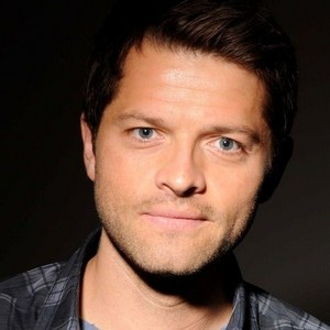Misha Collins montrer his beautiful blue eyes