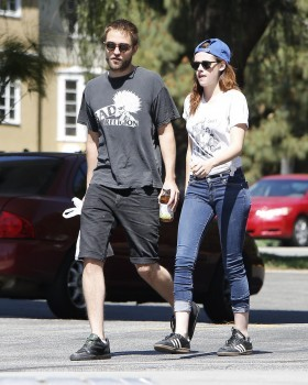 here is the most recente pic of Robert and Kristen,from April 18th of this anno out for a walk in L.A.<3