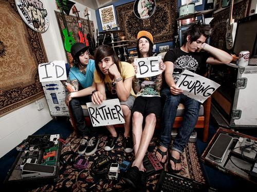 my favori band is Pierce the Veil ;u; <3 and my favori song par them is either One Hundred Sleepless Nights ou Besitos~ B-)