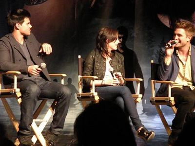 my gorgeous Robert bantering with his 2 Twilight co-stars,Kristen and Taylor at the L.A. Eclipse convention<3