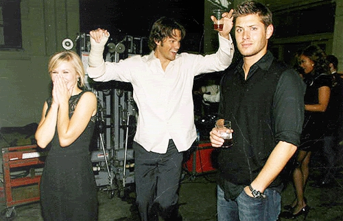 Jared Padeleki with Jensen Ackles and Kristen Bell. I just love this picture, I find it to be so funny. And besides I love the look on Jensen's face.
