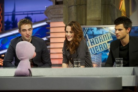 my gorgeous Robert with his 2 Twilight co-stars,Kristen and Taylor on a Spanish tv ipakita as part of the release for the BD 2 Spain premiere<3