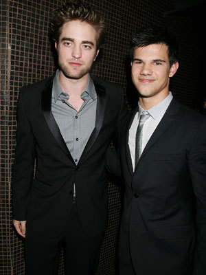 my gorgeous and tie-less Robert with his Twilight co-star,Taylor who is wearing a tie<3