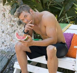 Twilight hottie Kellan Lutz eating watermelon.Two tasty treats.Mmmm,hey Kellan,can I have a bite?