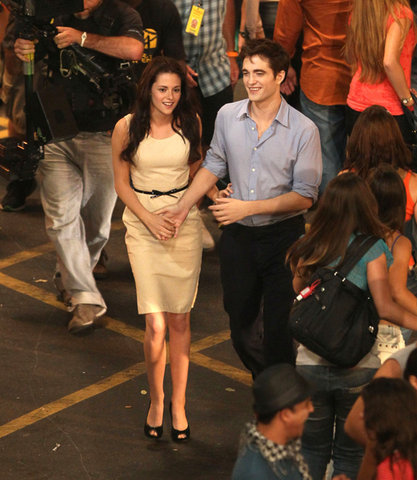here is my handsome baby holding hands with Kristen Stewart on the set of Breaking Dawn.I would 愛 to trade places with her<3