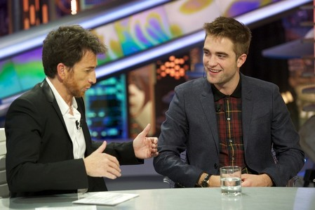 my gorgeous,sexy Robert sitting at a bàn on the Spanish tv show,El Hormiguero<3