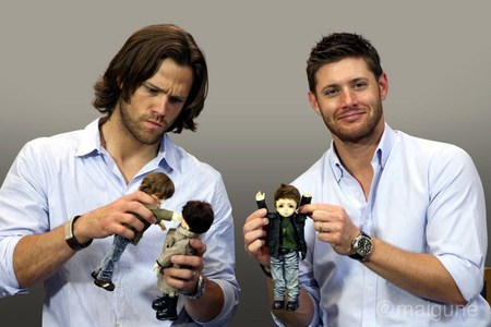 the Winchester Boys with toys (from the Jus In Bello Con Rome 2012, where a 팬 presented Jensen, Jared, Misha and Richard with 인형 for their respective characters; in this pic Jensen is holding the Dean doll, while Jared is holding the Castiel and Sam doll) <33333