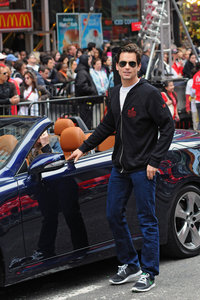 Matt Bomer standing Weiter to a car :)
