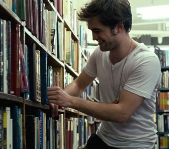 my sexy Robert in a scene from Remember Me surrounded par books<3