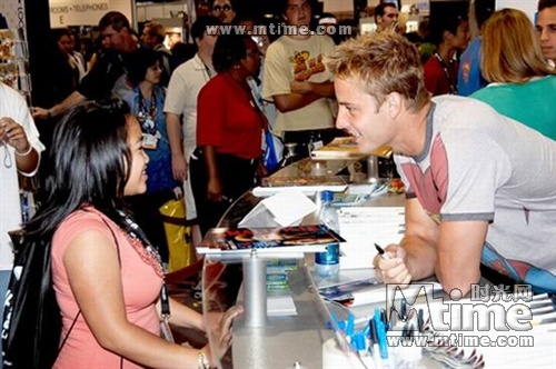 my hottie at the Comic Con 2006, talking to a 粉丝 (one of the first pics I ever had of Justin outside of 超人前传 pics) <33333