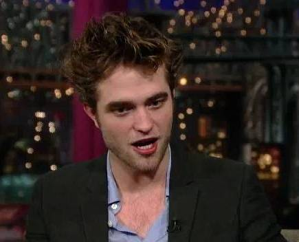 my handsome Robert answering a 问题 from David Letterman on the Davud Letterman show<3