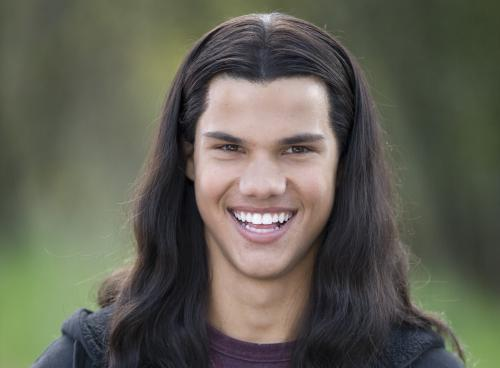 Taylor Lautner wearing a wig in Twilight.He may look happy in the pic,but when it came to wearing that wig,he was just the opposite...he hated that wig,and was glad to be rid of it in New Moon.