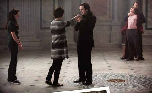 my handsome baby on the other side of the room in this scene from New Moon<3