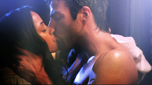 Zach in a makeout scene in heroes. What I'd do to be her! :P