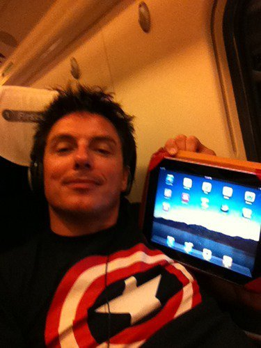 Watch Doctor Who ou Torchwood. Watch John Barrowman videos/pictures. Listen to John Barrowman music. Play football. Chill in my room.