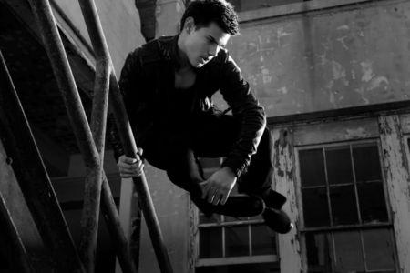 Twilight hottie Taylor Lautner jumping over a railing<3