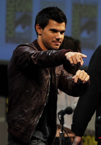 Twilight bituin Taylor Lautner at the 2011 Comic Con pointing at the crowd<3