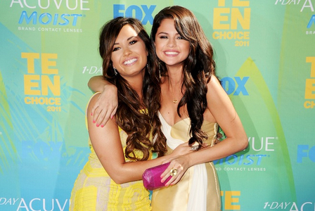 Selena Gomez oleh FARRRR but i dont know why г put that pertanyaan up on a selena gomez fan page.. lol :) but anyway selly! And Demi and Selena look so cute here!:)