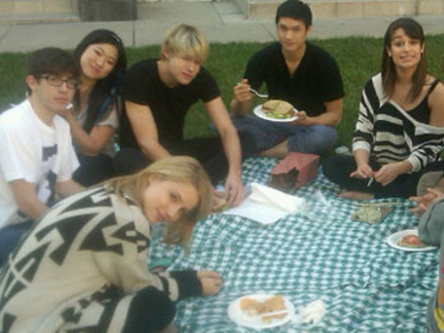 <i> glee <3 I really like this picture! They are like a family :) </i>