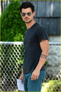 Twilight hottie Taylor Lautner sporting a tattoo for his movie Tracers<3