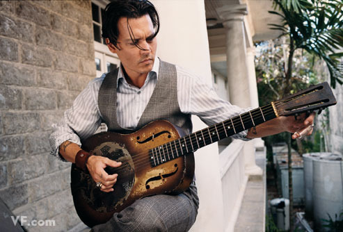 Johnny Depp holding a guitare <333