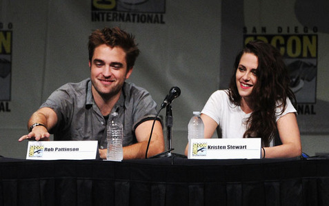 my baby sitting inayofuata to the beautiful Kristen Stewart at the 2012 Comic-Con<3