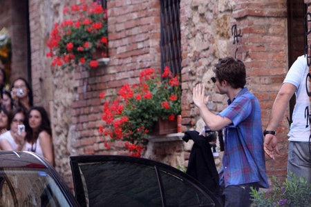 my sexy British babe in front of a brick building,waving to some fans in Montepulciano,Italy,where he was filming some scenes for New Moon back in 2009<3