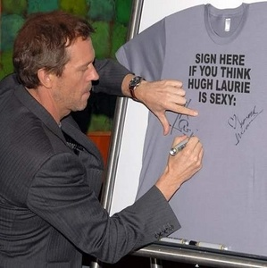 Hugh Laurie signing a T-shirt ;D