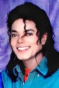 Most of his hairstyles were gorgeous, but imo he looked very good with long hair. And the ponytail and fedora look is also cute!!! This is one of my favourite MJ hairstyles...