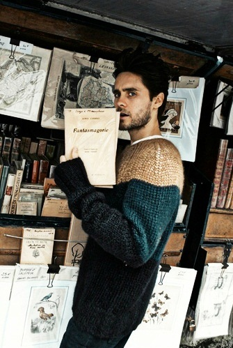 Jared and some Bücher in the background