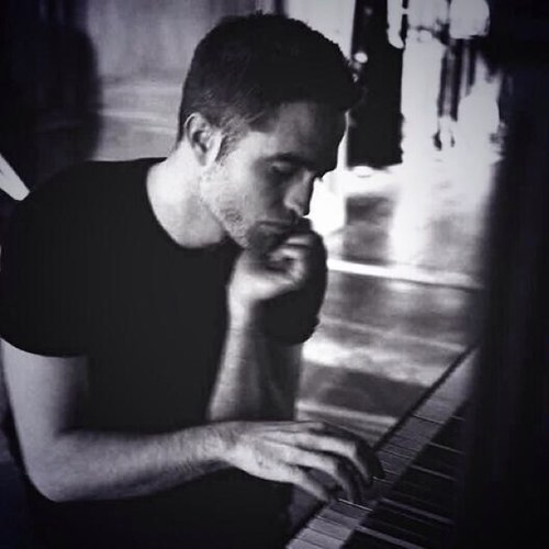 I l'amour his piano/guitar playing fingers.He can play me like he plays those instruments anytime<3