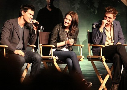 Robert with his 2 Twilight co-stars,Kristen and Taylor at the Eclipse L.A. convention<3