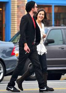 Rob walking in the middle of the 街, 街道 with his friend,actress Camilla Belle<3