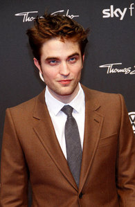 Robert looking like cokelat in a brown suit at the WFE premiere<3