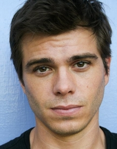 Matthew has a very nice shape of his beautiful face. <333