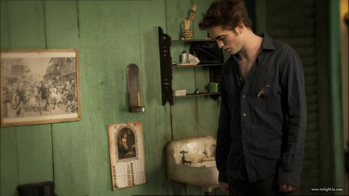 Robert as Edward in New Moon.He's upset because he just heard some very upsetting news about Bella(which isn't true)<3