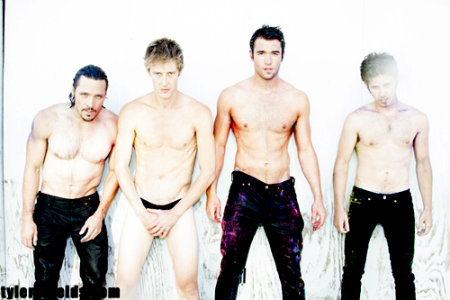 why is Gabe the only one without trousers? XD