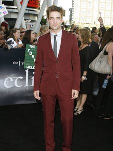 I tình yêu this red suit Robert wore to the Eclipse premiere<3