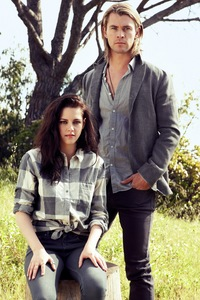 Kristen Stewart with her SWATH co-star,Chris Hemsworth who is happily married and is also a dad<3