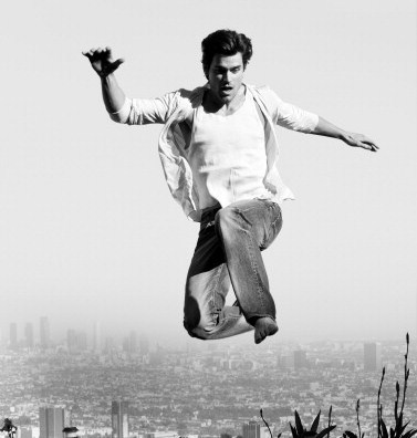 Matt in a photoshoot some years hace (he's jumping into a pool) <3333