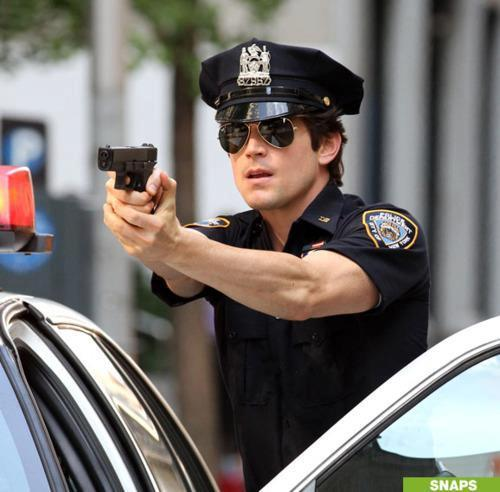 "Neal diễn xuất as a police officer in ""Forging Bonds"" <33333"