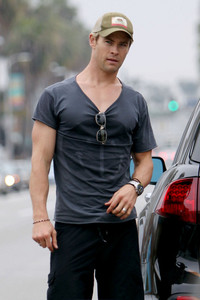 Hemsworth is looking hot in that shirt<3