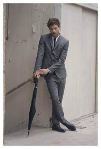 Jamie looks sexy in oder out of a suit<3
